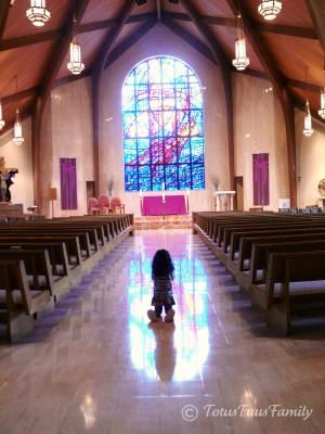 Fetita in adoratie