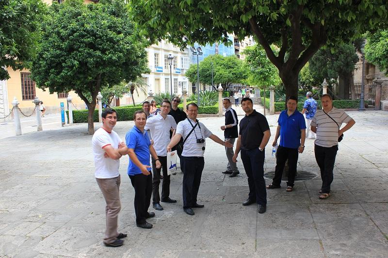 Malaga Catedrala Curtea si grupul