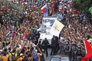 Papa francisc in Brazilia inconjurat de tineri