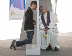 50-Rio-de-Janeiro-26-luglio-Papa-Francesco-confessa-alcuni-giovani