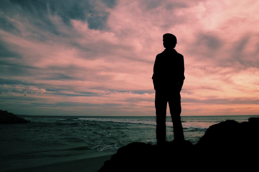 asteptare privind cerul si marea