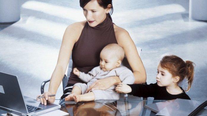 Femeia mama si afacerista si model si copiii