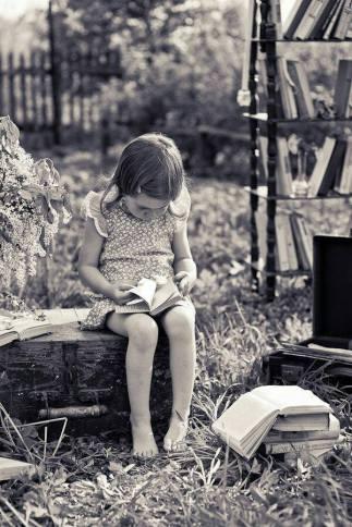 copiii fericiți citesc