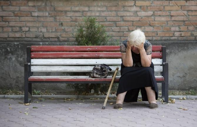 femeie singura trista bolnava