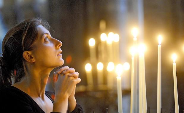 Biserica femeie rugaciune lumanare
