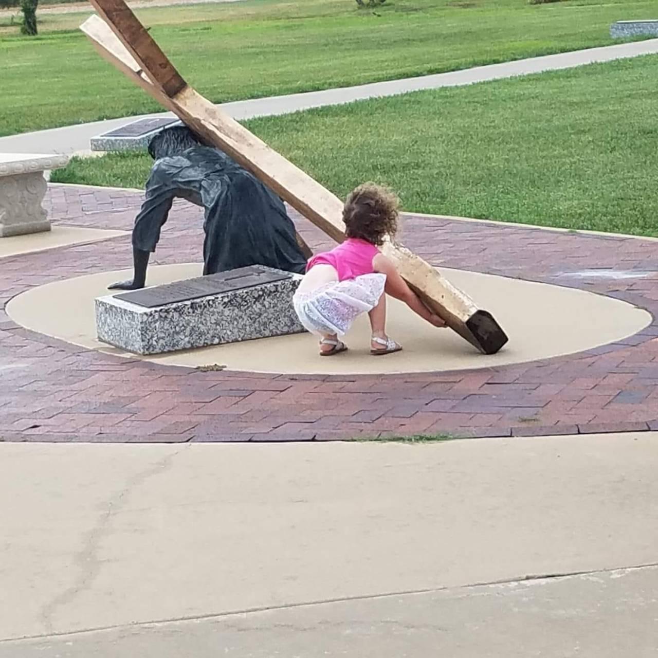 Isus e ajutat sa isi duca crucea
