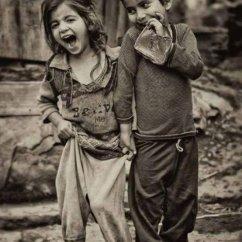 Copii fericiti zambind