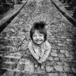 copil fericit zambind bucuros